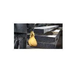 Foto naklejka samoprzylepna 100 x 100 cm - Pracownik z kaskiem przed metalowych profili stalowych