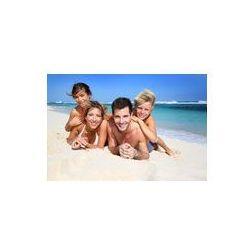 Foto naklejka samoprzylepna 100 x 100 cm - Portret szczęśliwej rodziny leży na plaży
