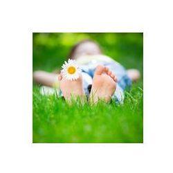 Foto naklejka samoprzylepna 100 x 100 cm - Dziecko leży na trawie