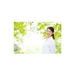 Foto naklejka samoprzylepna 100 x 100 cm - Młody Doktor azjatyckich relaks na zielonym tle