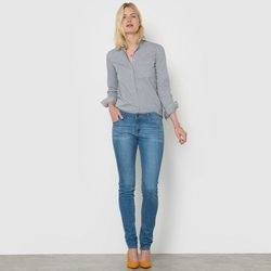 Dżinsy rurki, normalna wysokość talii, wewnętrzna długość nogawki: 81 cm.