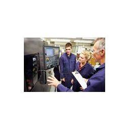 Foto naklejka samoprzylepna 100 x 100 cm - Inżynier nauczania uczniów w użyciu komputerowego tokarka