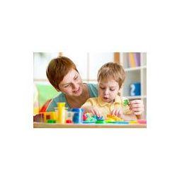 Foto naklejka samoprzylepna 100 x 100 cm - Chłopiec dziecko i matka gry kolorowe gliny zabawki