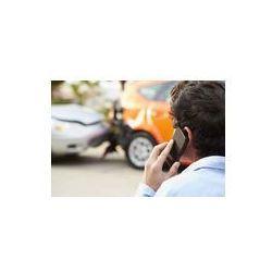 Foto naklejka samoprzylepna 100 x 100 cm - Nastoletni kierowca podejmowania rozmowy telefonicznej po wypadku drogowym