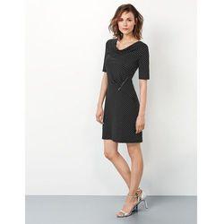 Podkreślająca figurę dżersejowa sukienka w groszki